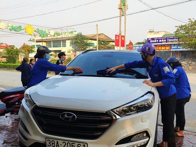 Đoàn viên miền núi rửa xe gây quỹ mua khẩu trang phát cho người dân - 2