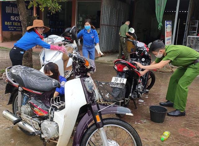 Đoàn viên miền núi rửa xe gây quỹ mua khẩu trang phát cho người dân - 1