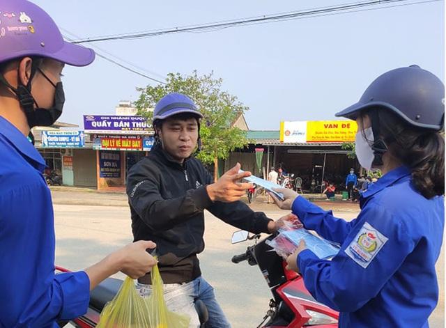 Đoàn viên miền núi rửa xe gây quỹ mua khẩu trang phát cho người dân - 4