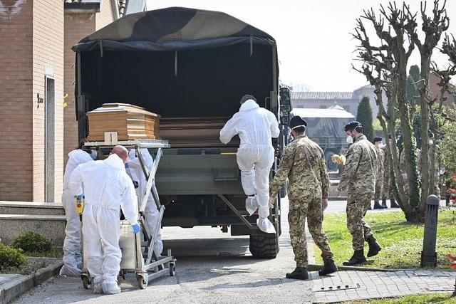 Quá tải thi thể Covid-19, nhân viên tang lễ Italia làm việc đến kiệt sức - 3