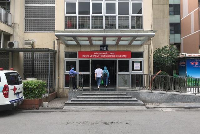 Ổ dịch Bạch Mai siết chặt kiểm tra y tế người ra vào - 6