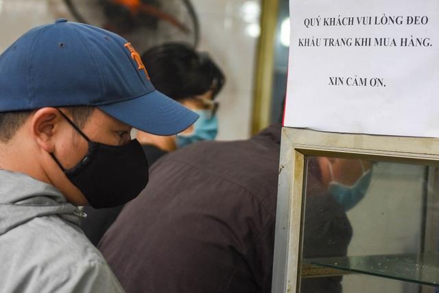 Đeo khẩu trang, cầm nước rửa tay đến xếp hàng mua bánh trôi - 5