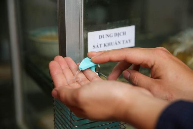 Đeo khẩu trang, cầm nước rửa tay đến xếp hàng mua bánh trôi - 6