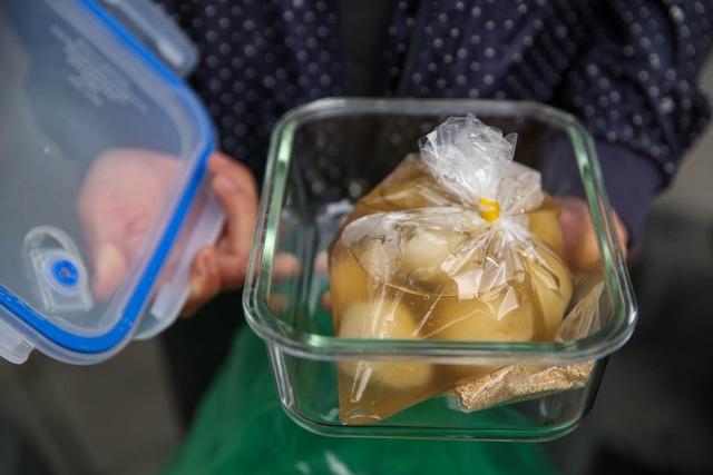 Đeo khẩu trang, cầm nước rửa tay đến xếp hàng mua bánh trôi - 15