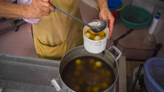 Đeo khẩu trang, cầm nước rửa tay đến xếp hàng mua bánh trôi - 12