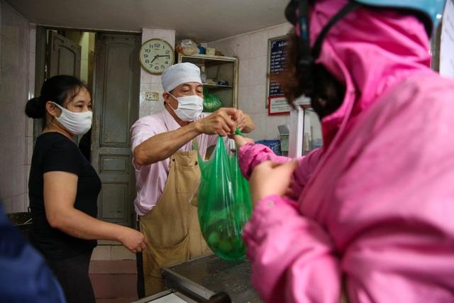 Đeo khẩu trang, cầm nước rửa tay đến xếp hàng mua bánh trôi - 11