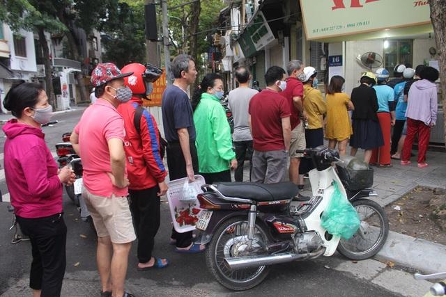 Người Hà Nội dậy từ 5 giờ sáng, bịt mặt, xếp hàng mua bánh trôi bánh chay - 1