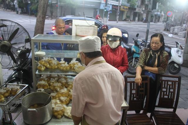 Người Hà Nội dậy từ 5 giờ sáng, bịt mặt, xếp hàng mua bánh trôi bánh chay - 2