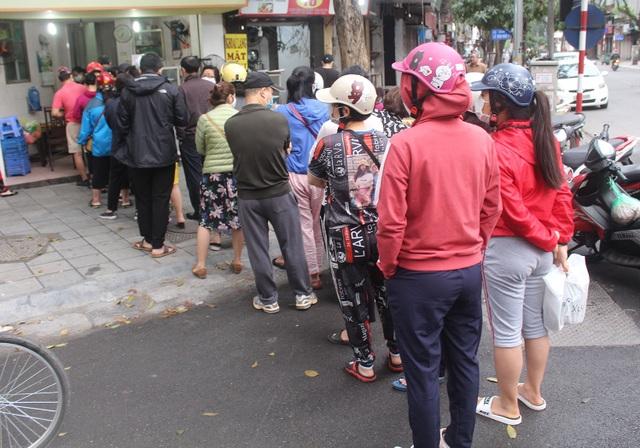 Người Hà Nội dậy từ 5 giờ sáng, bịt mặt, xếp hàng mua bánh trôi bánh chay - 12