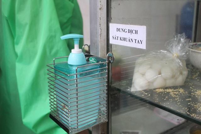 Người Hà Nội dậy từ 5 giờ sáng, bịt mặt, xếp hàng mua bánh trôi bánh chay - 5