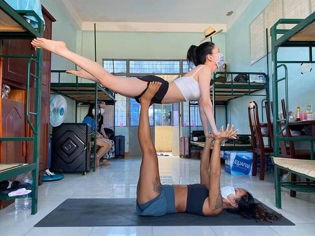 Cô giáo dạy Yoga ngay trong khu cách ly tại Đà Nẵng gây sốt - 1