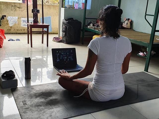 Cô giáo dạy Yoga ngay trong khu cách ly tại Đà Nẵng gây sốt - 2