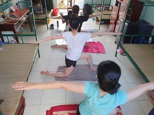 Cô giáo dạy Yoga ngay trong khu cách ly tại Đà Nẵng gây sốt - 4