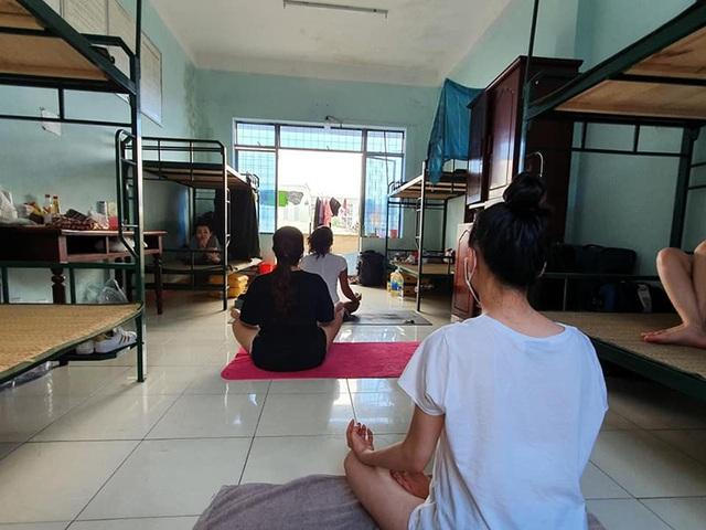 Cô giáo dạy Yoga ngay trong khu cách ly tại Đà Nẵng gây sốt - 6
