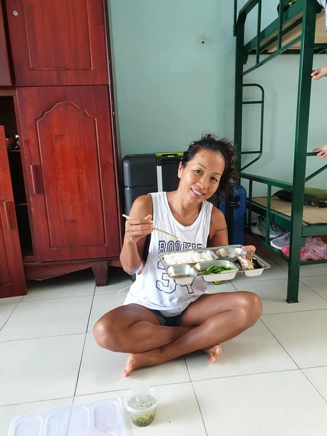 Cô giáo dạy Yoga ngay trong khu cách ly tại Đà Nẵng gây sốt - 8