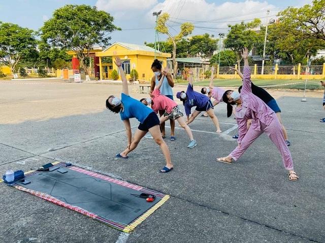 Cô giáo dạy Yoga ngay trong khu cách ly tại Đà Nẵng gây sốt - 9