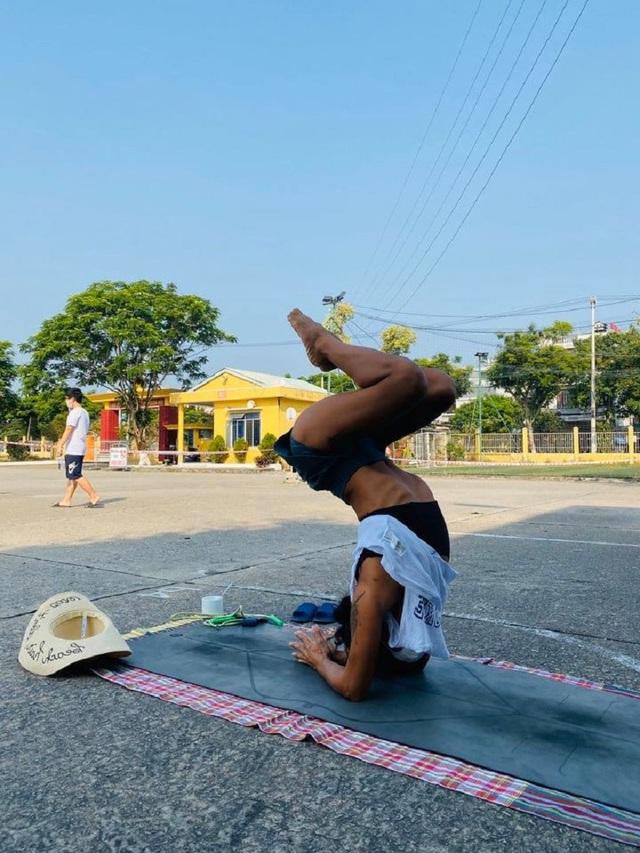 Cô giáo dạy Yoga ngay trong khu cách ly tại Đà Nẵng gây sốt - 10