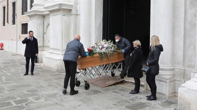 Quá tải thi thể Covid-19, nhân viên tang lễ Italia làm việc đến kiệt sức - 1