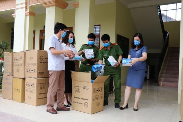 Ninh Bình: Bàn giao 112.000 khẩu trang cho ngành y tế chống dịch Covid-19 - 1