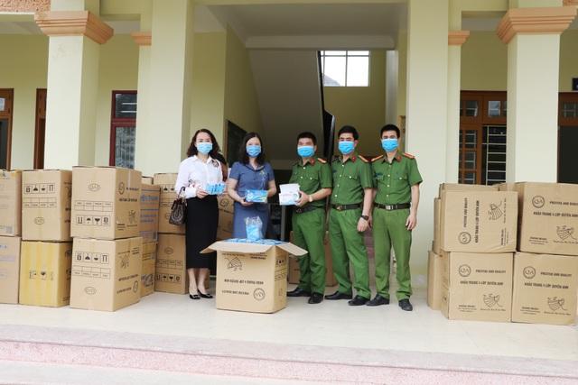 Ninh Bình: Bàn giao 112.000 khẩu trang cho ngành y tế chống dịch Covid-19 - 2