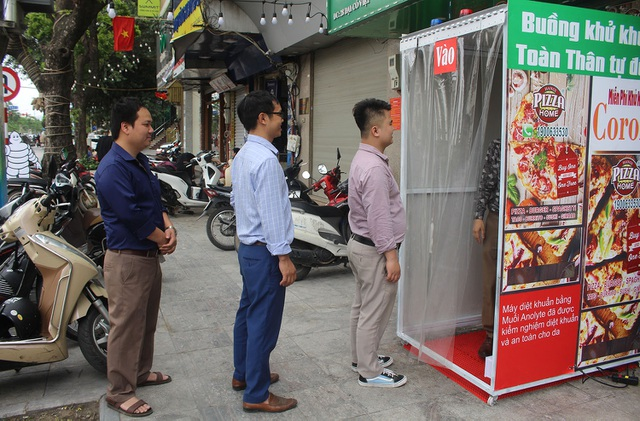Lo sợ dịch Covid-19, tiệm bánh ở Hà Nội trang bị buồng khử khuẩn - 1