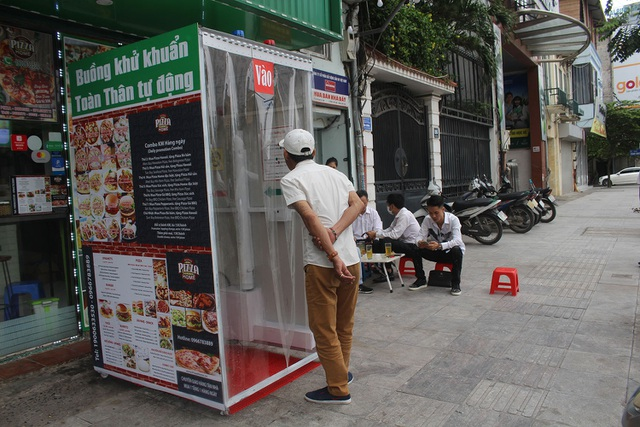 Lo sợ dịch Covid-19, tiệm bánh ở Hà Nội trang bị buồng khử khuẩn - 3