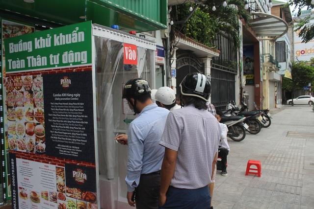 Lo sợ dịch Covid-19, tiệm bánh ở Hà Nội trang bị buồng khử khuẩn - 2