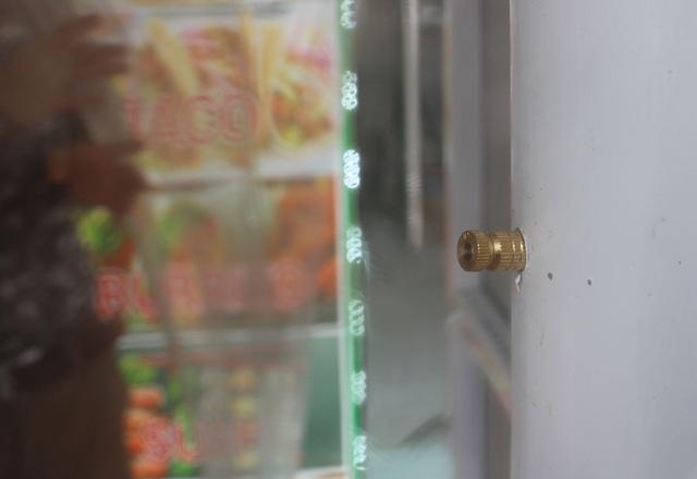 Lo sợ dịch Covid-19, tiệm bánh ở Hà Nội trang bị buồng khử khuẩn - 5