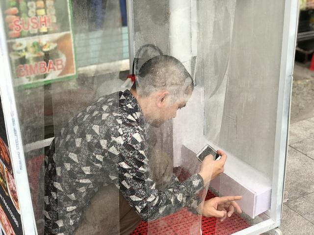 Lo sợ dịch Covid-19, tiệm bánh ở Hà Nội trang bị buồng khử khuẩn - 10