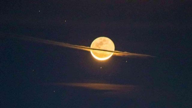 Mặt trăng trông giống như sao Thổ trong hình ảnh đáng kinh ngạc - 1