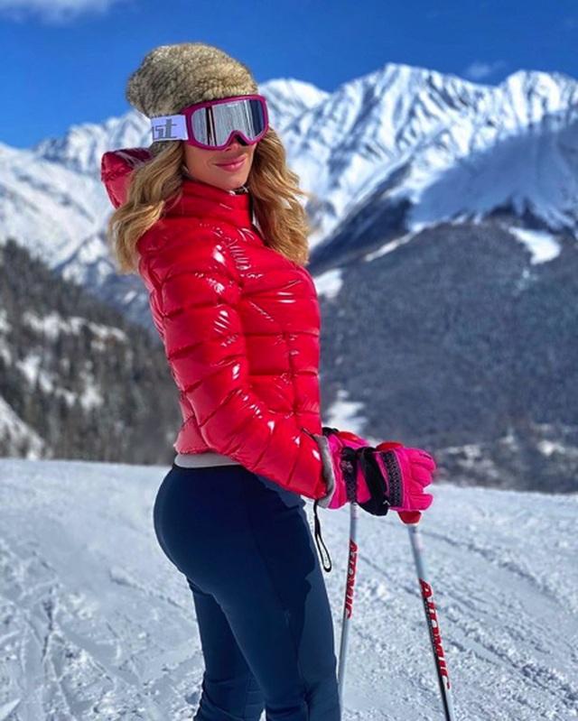 Nữ phóng viên thể thao xinh đẹp nghiêm túc cách ly mùa dịch Covid-19 - 3