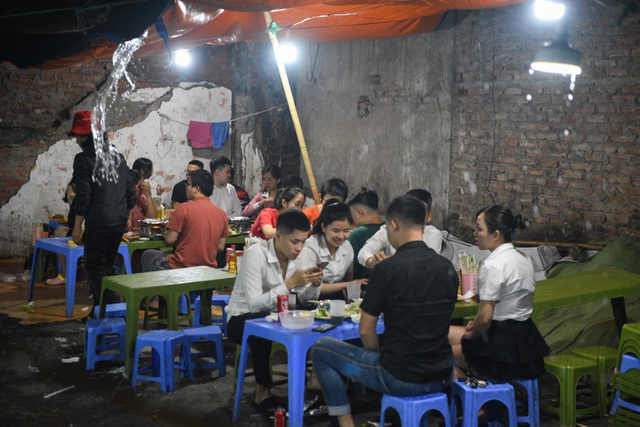 Hà Nội: Quán xá vẫn đông đúc đến tối giữa mùa dịch Covid-19 - 4