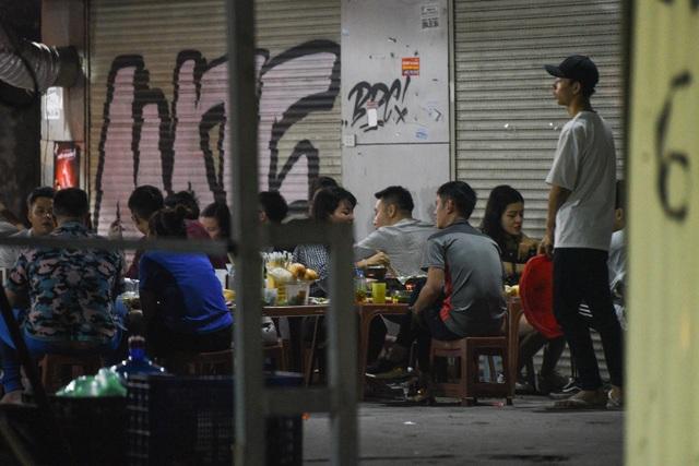 Hà Nội: Quán xá vẫn đông đúc đến tối giữa mùa dịch Covid-19 - 5
