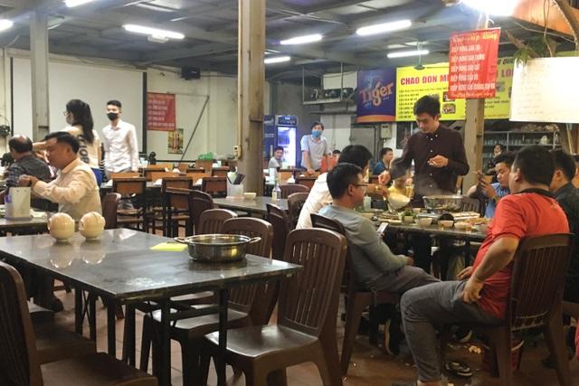 Hà Nội: Quán xá vẫn đông đúc đến tối giữa mùa dịch Covid-19 - 7