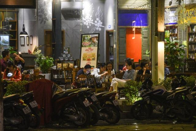 Hà Nội: Quán xá vẫn đông đúc đến tối giữa mùa dịch Covid-19 - 10