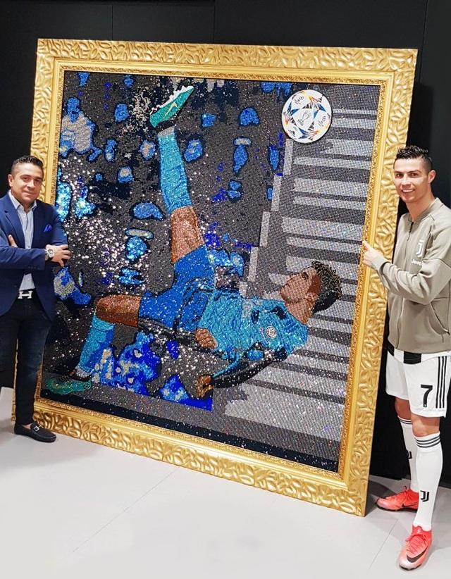 """Không chịu """"kém"""" Messi, C.Ronaldo chi cả triệu USD mua bức tranh - 2"""