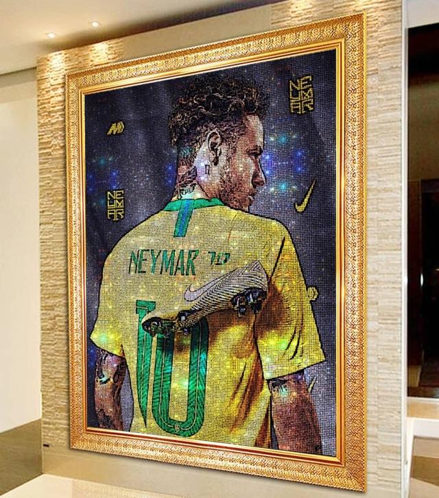 """Không chịu """"kém"""" Messi, C.Ronaldo chi cả triệu USD mua bức tranh - 5"""