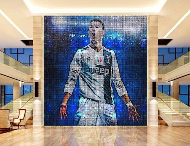 """Không chịu """"kém"""" Messi, C.Ronaldo chi cả triệu USD mua bức tranh - 4"""