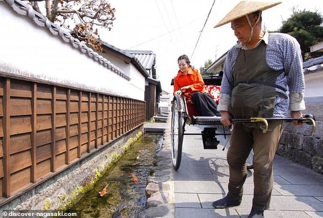 Nhật Bản hút khách nhờ những đàn cá Koi bơi trong cống thoát nước - 2