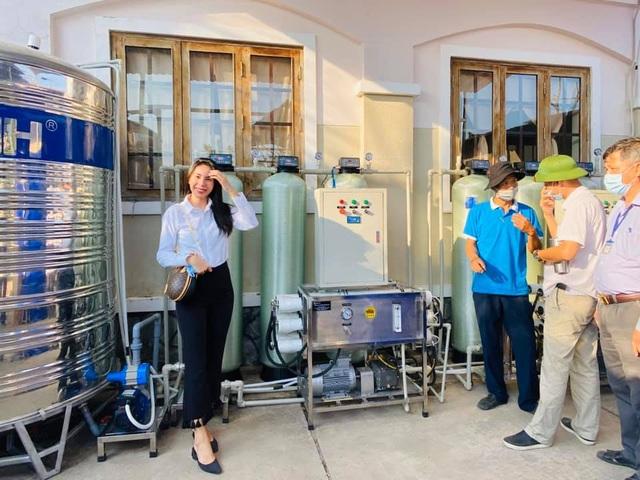 Thủy Tiên trao tặng máy lọc nước ngọt đầu tiên cho bà con miền Tây - 1