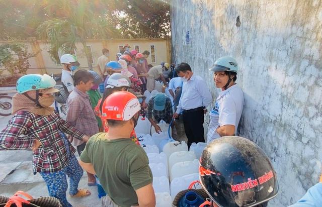 Thủy Tiên trao tặng máy lọc nước ngọt đầu tiên cho bà con miền Tây - 2
