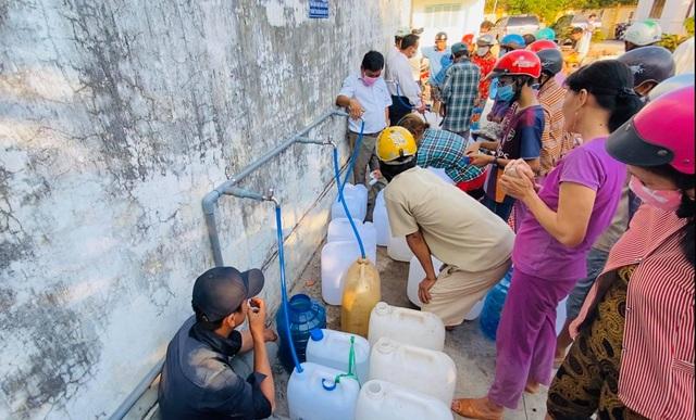Thủy Tiên trao tặng máy lọc nước ngọt đầu tiên cho bà con miền Tây - 8