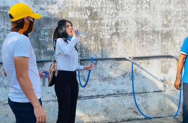 Thủy Tiên trao tặng máy lọc nước ngọt đầu tiên cho bà con miền Tây - 3