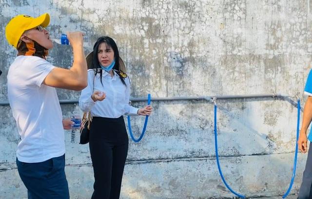 Thủy Tiên trao tặng máy lọc nước ngọt đầu tiên cho bà con miền Tây - 4