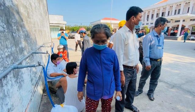 Thủy Tiên trao tặng máy lọc nước ngọt đầu tiên cho bà con miền Tây - 5
