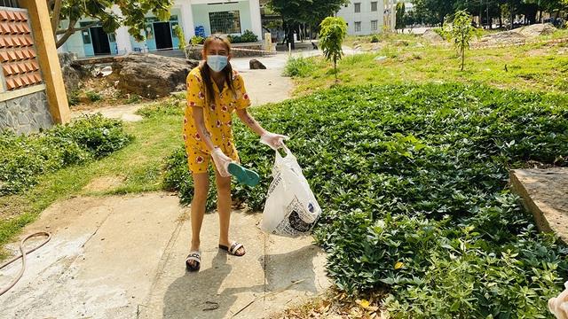 Võ Hoàng Yến dọn rác khu cách ly - 7