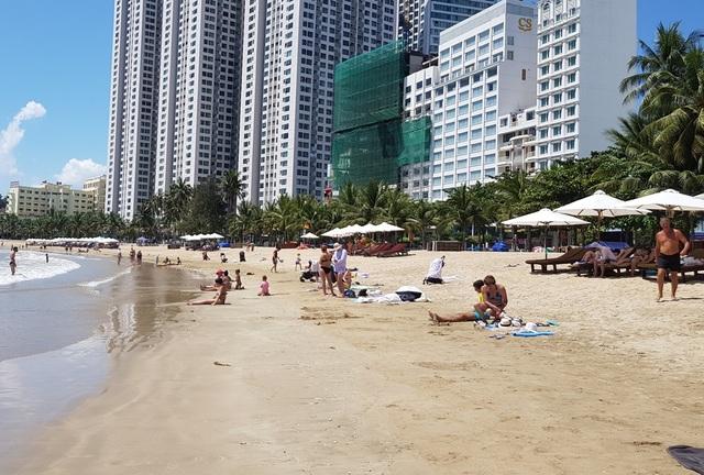 Du khách say nắng trên bãi biển, tản bộ trong mùa dịch Covid-19 - 5