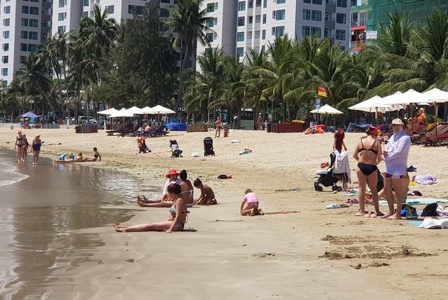 Du khách say nắng trên bãi biển, tản bộ trong mùa dịch Covid-19 - 3