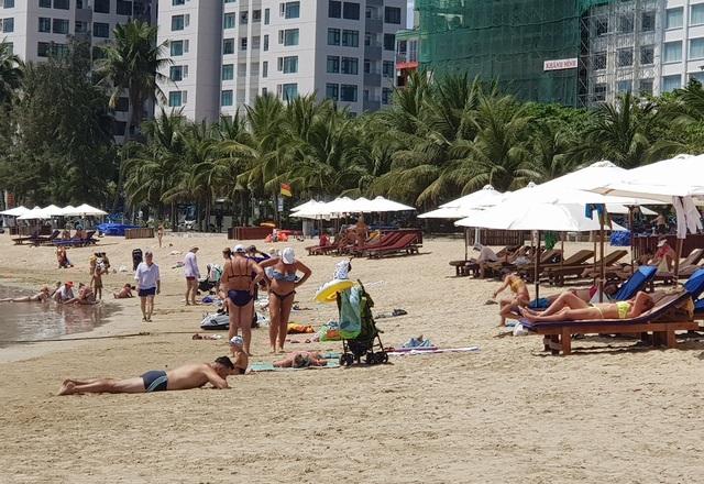 Du khách say nắng trên bãi biển, tản bộ trong mùa dịch Covid-19 - 1