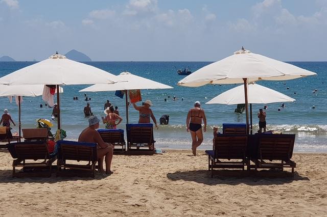 Du khách say nắng trên bãi biển, tản bộ trong mùa dịch Covid-19 - 2